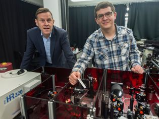 Prof. Peter Vöhringer and Steffen Straub with laser and infrared spec-trometer at the University of Bonn