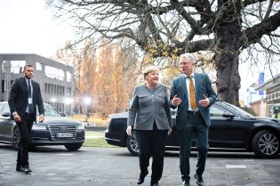 HPI Director Professor Christoph Meinel in conversation with Federal Chancellor Angela Merkel