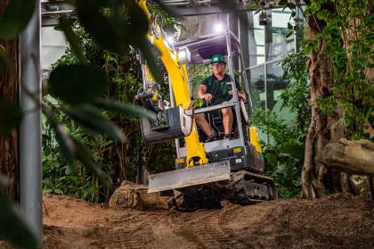 The emission-free zero tail excavator EZ17e from Wacker Neuson was used to create a desert and jungle house for the 2021 Federal Horticulture Show in Erfurt.